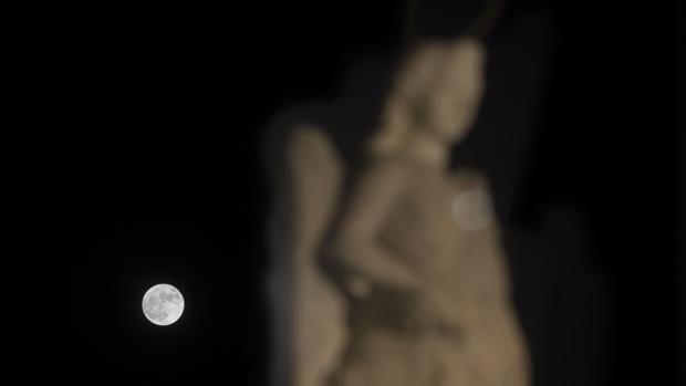La superluna tras la imagen de San Rafael Arcángel