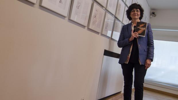 Ángela Mora durante la presentación del poemario ganador en Granada