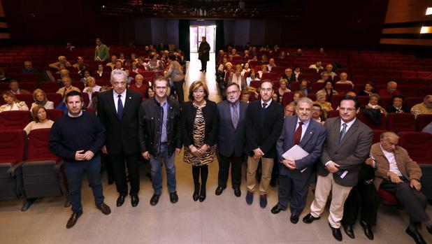 Foto de familia de autoridades y responsables de la Cátedra Intergeneracional de la UCO, ayer