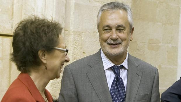 El expresidente andaluz, José Antonio Griñán, junto a su exconsejera Carmen Martín Aguayo