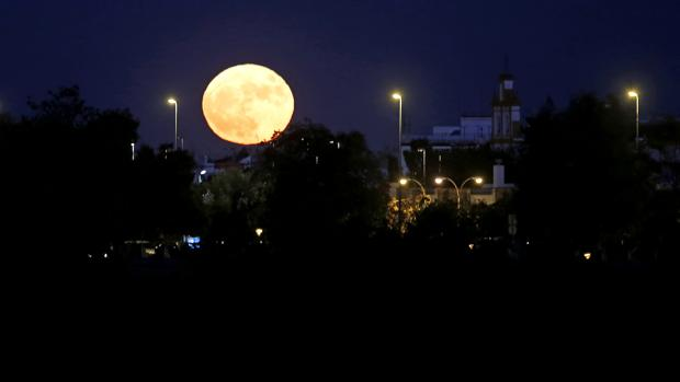 La superluna sobre el Sector Sur