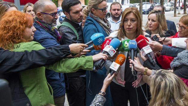 La presidenta de la Junta de Andalucía, Susana Díaz, atiende a los periodistas