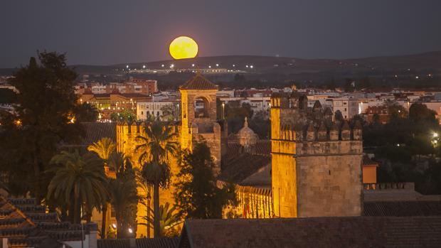 La superluna sale de su escondite, por el sur de la ciudad