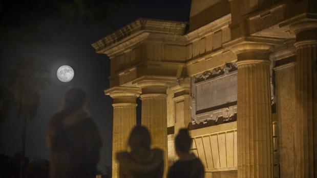 La superluna junto a la Puerta del Puente