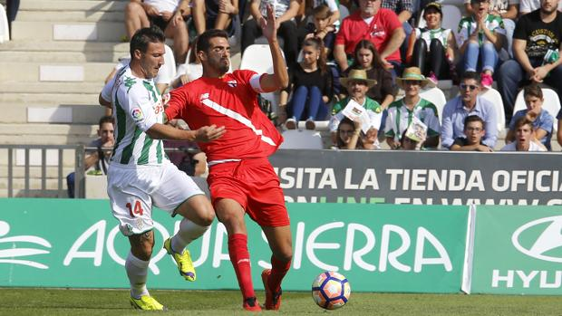 El cordobés y central Bernardo Cruz, capitán del Sevilla Atlético, en El Arcángel