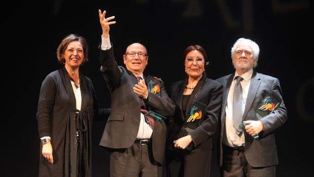 Fosforito, Blanca del Rey y Manolo Sanlúcar, con la alcaldesa