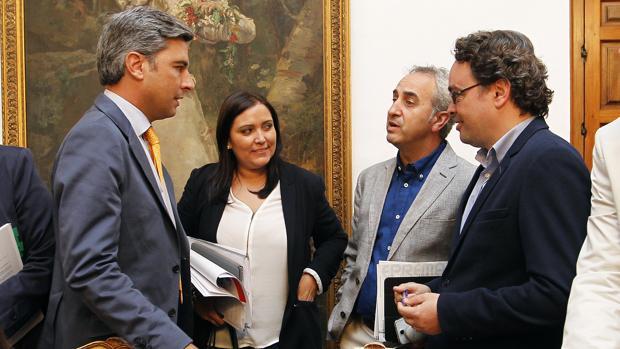 Andrés Lorite y Felisa Cañete coinciden en un corrillo del Pleno provincial
