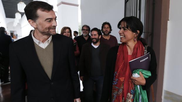 Antonio Maíllo (IULV-CA) y Teresa Rodríguez (Podemos), juntos en el Parlamento de Andalucía