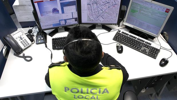 Un policía local consulta los ordenadores con los datos del tráfico