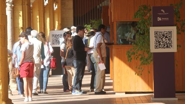 Visitantes ante las taquillas de la Mezquita-Catedral en el Patio de los Naranjos