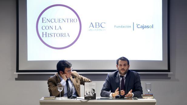 El director de ABC Córdoba y el autor de «El guionista de la Transición», ayer en la charla