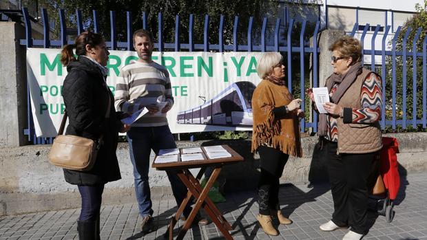 Miembros de la plataforma en una campaña informativa en el Distrito de Levante