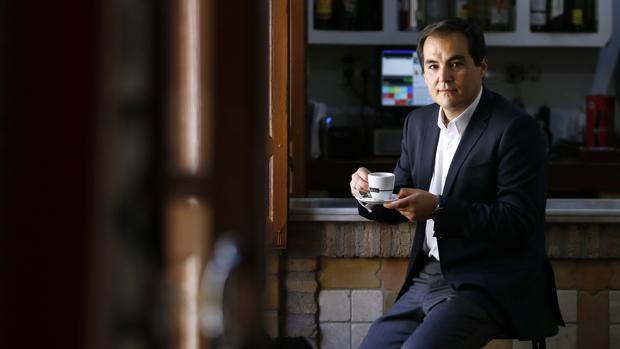 Nieto con una taza de café en una taberna de Córdoba