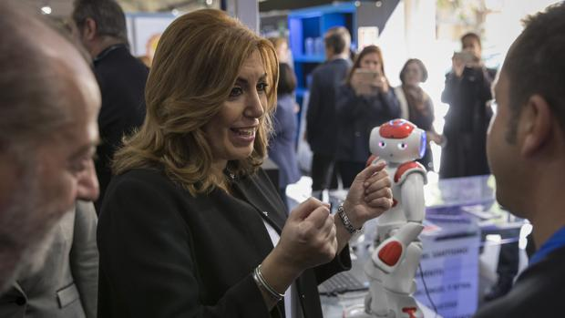 La presidenta de la JUnta, Susana Díaz, en una feria electrónica ayer en Sevilla
