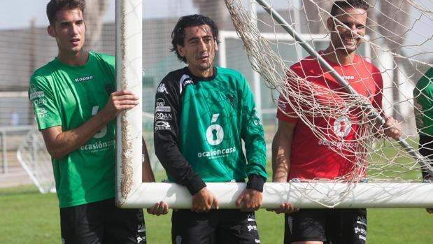 Pedro Ríos, en el centro, coge una portería en un entrenamiento