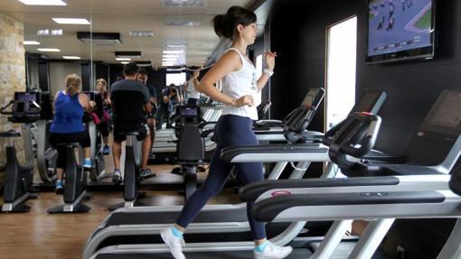 Una joven se entrena en una máquina del gimnasio