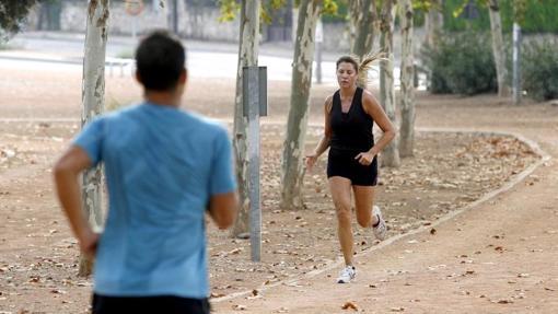 Una mujer se cruza con un joven en el trazado