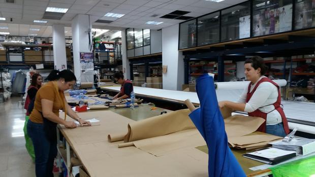 Trabajadoras de Higar Novias en las instalaciones de la empresa