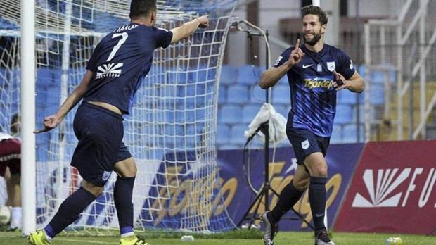 El cordobés Pedro Conde, a la derecha, celebra un gol en Grecia