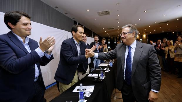 José Antonio Nieto saluda a Juan Ignacio Zoido en el acto de este viernes