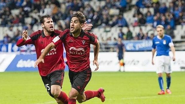 Dos jugadores del CD Mirandés celebrando un gol ante el Oviedo