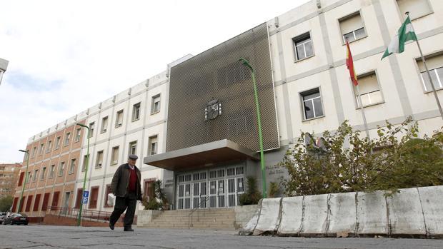 Un hombre pasa frente a los juzgados de Córdoba