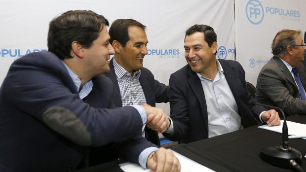 Bellido y Juan Manuel Moreno se dan la mano en presencia de José Antonio Nieto
