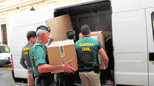 Agentes de la Guardia Civil acumulan documentación para el caso