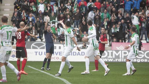 Un instante del partido del Córdoba CF ante el CD Mirandés en el Arcángel, la temporada pasada