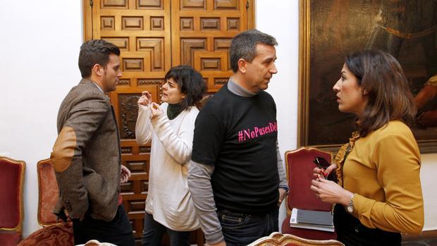 Diputados de Ganemos, IU y PSOE en un Pleno provincial