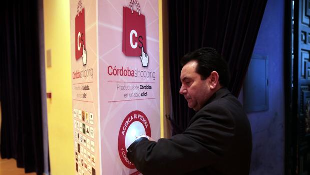 Un usuario durante lel acto promocional de presentación de la plataforma Córdoba Shopping