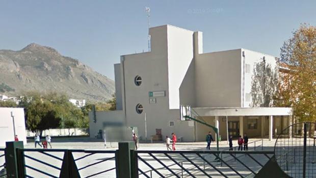 El patio y el edificio principal del instituto de Loja donde se ha producido la agresión