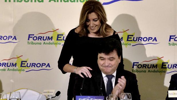 Susana Díaz saluda al alcalde de Huelva, Gabriel Cruz, antes de presentarlo en Sevilla en el Forum Europa