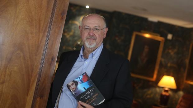 Juan Eslava Galán en una entrevista para ABC