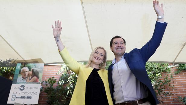 Cristina Cifuentes y Juanma Moreno en un acto celebrado para la supresión del impuesto de sucesiones