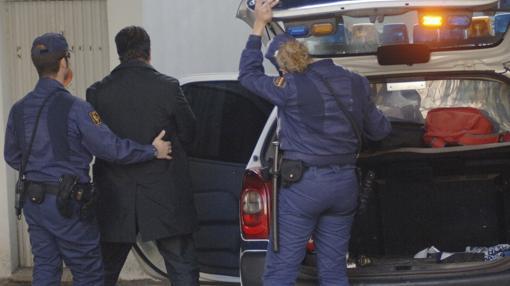El abogado Juan Germán Hoffmann escoltado por agentes de la Policía antes de su fuga