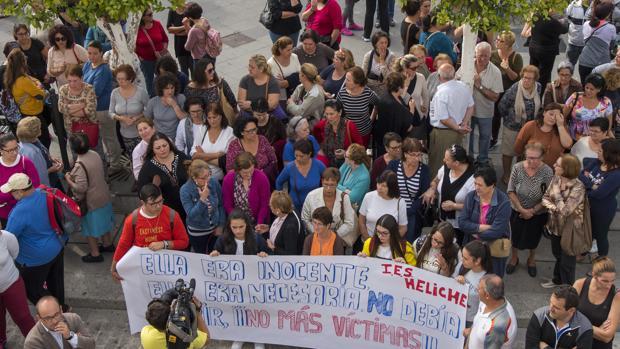 Concentración de protesta por la muerte de una vecina de la localidad sevillana de Olivares