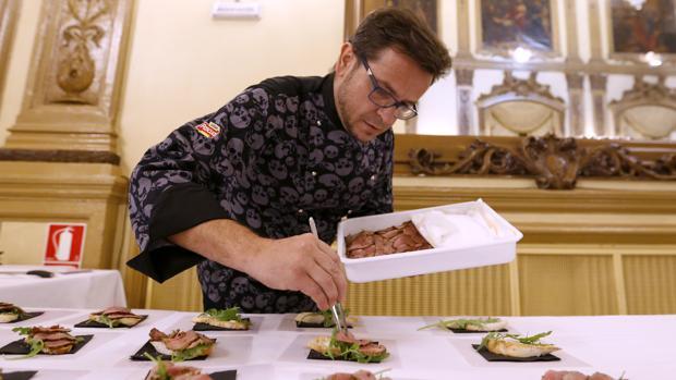 Un chef en la pasada edición de Califato Gourmet