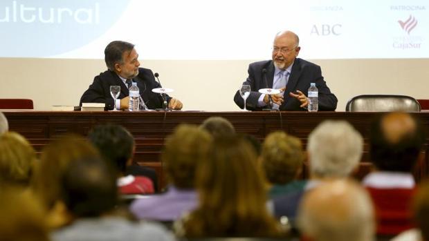 El escritor junto al director del Foro Cultural de ABC Córdoba, ayer en la sede de Cajasur de Gran Capitán