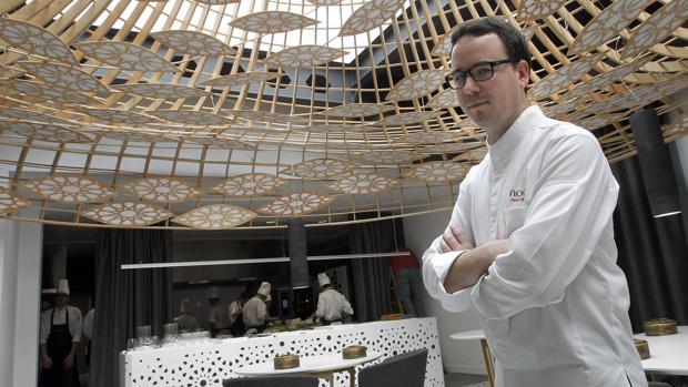 Paco Morales en el interior de su restaurante Noor en Córdoba