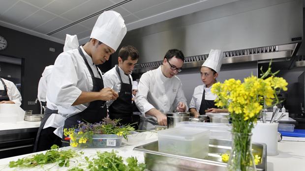 Morales en la cocina de Noor junto a su equipo