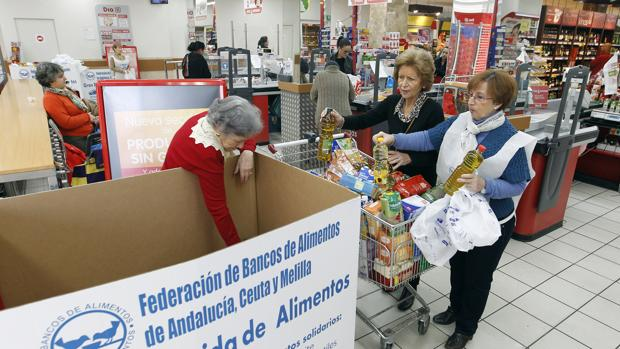 Recogida de alimentos en un supermercado de Córdoba en 2015