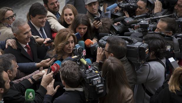 Susana Díaz rodeada de cámaras este martes en Sevilla
