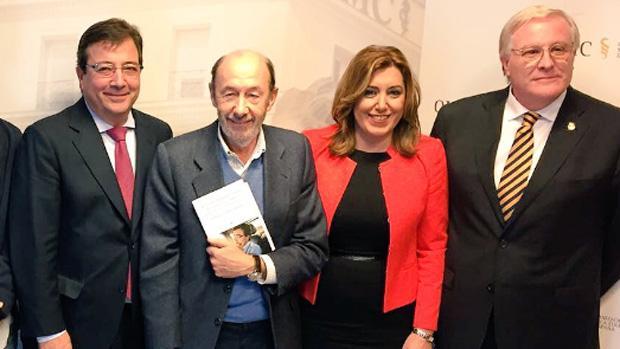 La presidenta Susana Díaz, junto a Pérez Rubalcaba y Guillermo Fernández Vara, en un acto en Madrid
