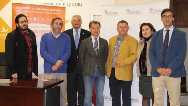 Participantes en la presentación del VIII Simposio dedicado al salmorejo