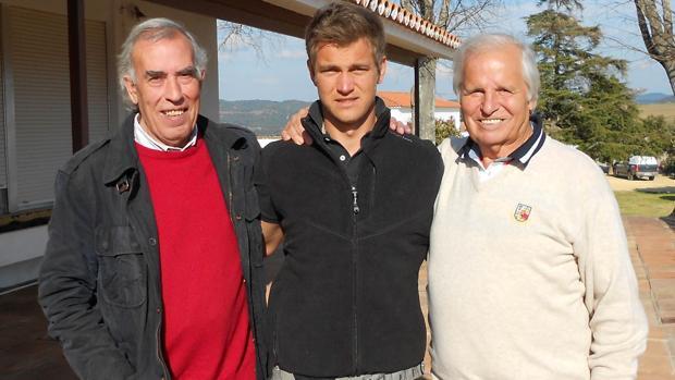 Manuel Benítez junto a su hijo Julio Benítez y el apoderado Paco Dorado
