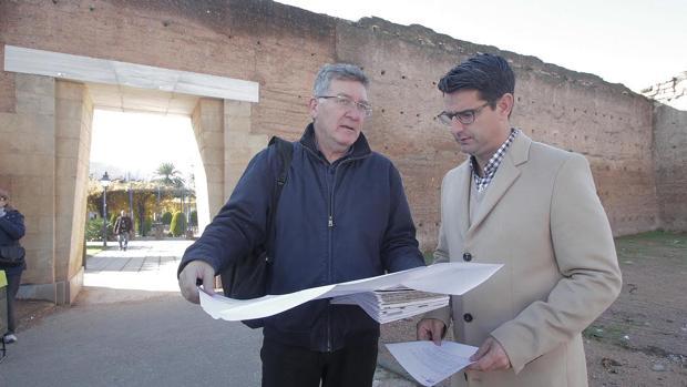 Emilio García y Pedro García repasan el proyecto para rehabilitar la Muralla a sus espaldas