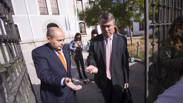 Los abogados Luis Romero de A.M.G.E, y Agustín Martínez Becerra de J.A.M.P., dos de los cuatro imputados