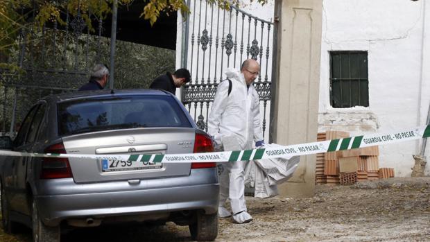 Agentes sacan bolsas de la casa donde se ha hallado a la mujer fallecida