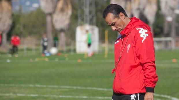 José Luis Oltra se muestra pensativo en un entreno